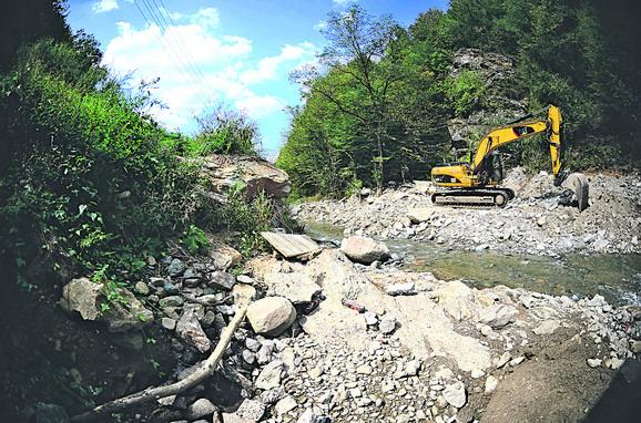 Za izgradnju elektrana koristi se teška mehanizacija, uništavaju se korito reke i živi svet