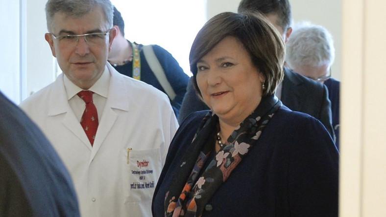 Dzień później, 22 lutego, pierwsza dama odwiedziła leczonych w szpitalu MSW rannych Ukraińców. W tej codziennej stylizacji krótkie włosy również doskonale się sprawdziły!