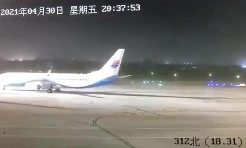Chiny. Wiatr przesuwa samolot, który waży ok. 80 ton.