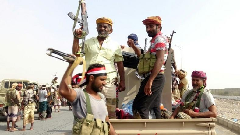 Yemeni pro-government forces gather on the eastern outskirts of Hodeida, as they push deeper into the strategic port city to battle Huthi rebels on November 9, 2018