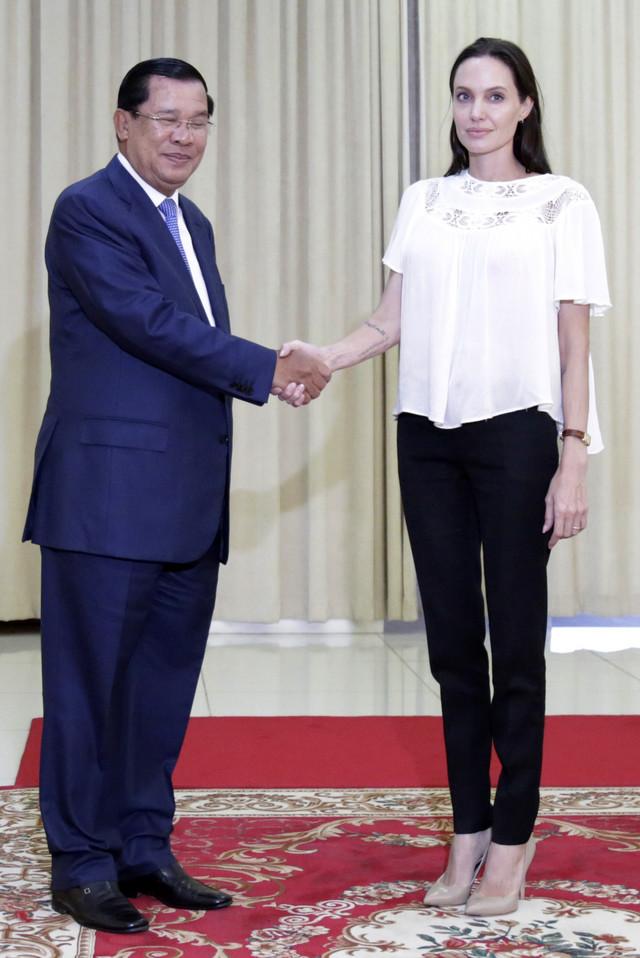 Andželina Džoli sa Hun Senom, premijerom Kambodže, na sastanku 2015. u Pnom Penu kada je najavila snimanje filma