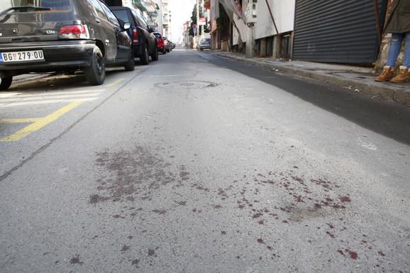 Tragovi krvi ispred zgrade gde je mladić izboden