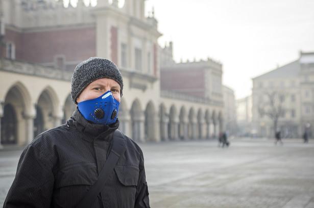 Anna Mazurak z Departamentu Nadzoru Rynku UOKiK wytłumaczyła, na co należy zwrócić uwagę, kupując maskę. Należy sprawdzić, czy ma oznaczenie CE (w ten sposób producent deklaruje, że maska spełnia wszystkie wymagania techniczno-prawne), zwrócić uwagę na oznaczenia FFP1, FFP2, FFP3 (to klasa ochrony filtra - najsłabsza to 1, najwyższa 3).