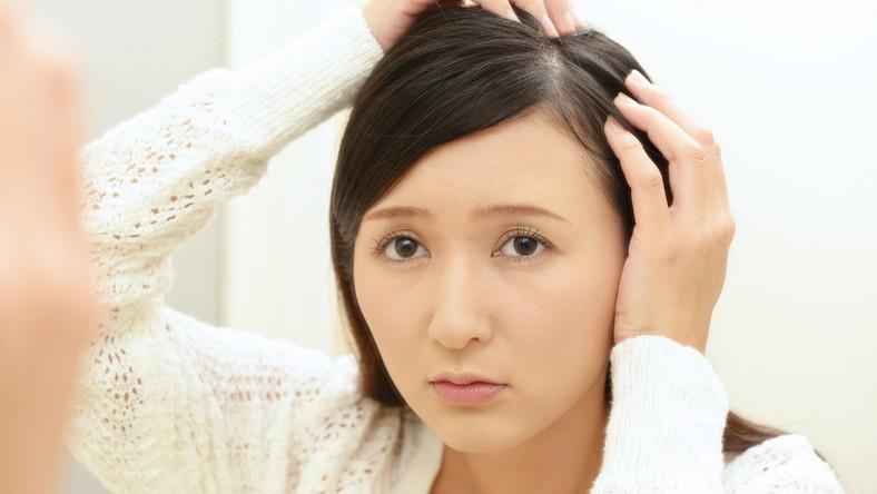 Kobieta ogląda włosy