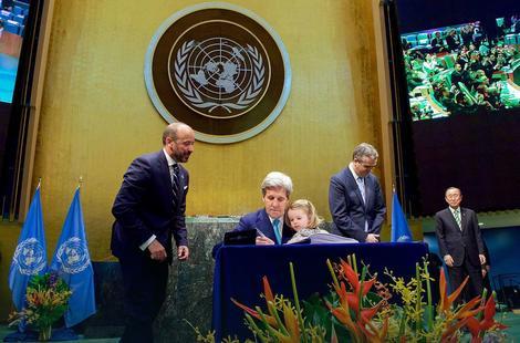 Džon Keri u ime SAD potpisuje Pariski klimatski sporazum 2015.