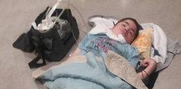 Chory chłopiec leżał na betonie przez kilka godzin