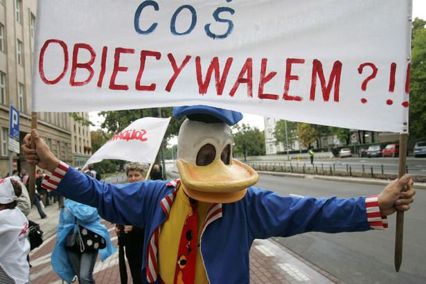 """Protestujący nauczyciele nieśli m.in. kukłę Kaczora Donalda z napisem: """"Czy ja wam coś obiecywałem?""""."""