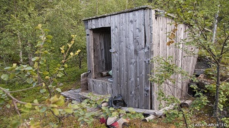 Kobieta w środku lasku odkryła rozpadającą się chatkę. Trudno uwierzyć, co było w środku
