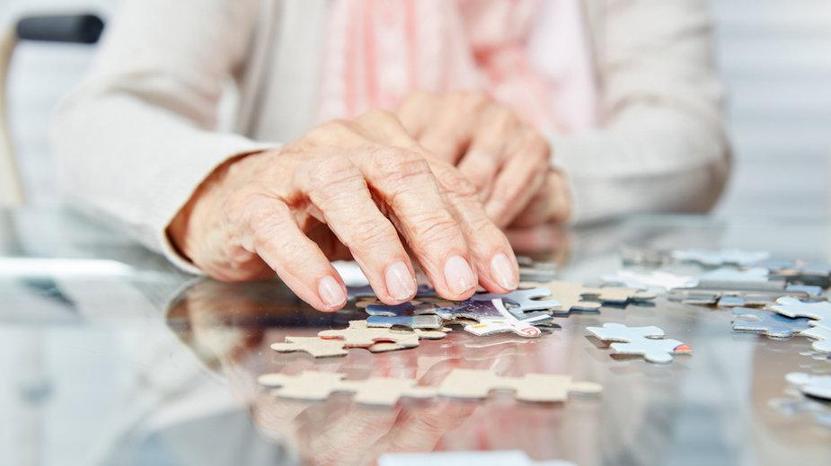 Starszy człowiek układa puzzle - to zajęcie zapobiegające demencji (zdj. ilustracyjne)