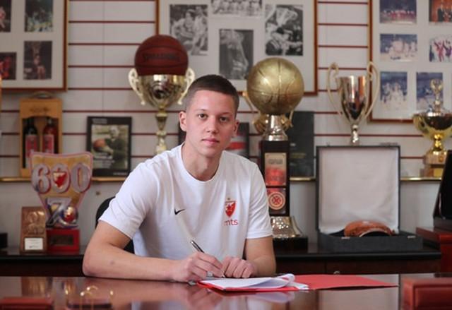 Lazar Vasić stavlja potpis na ugovor sa Crvenom zvezdom