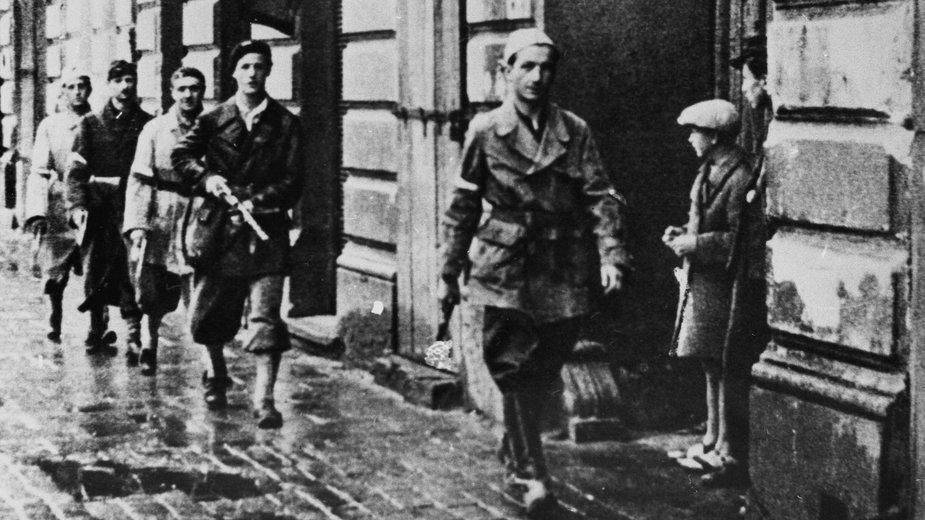 Powstańczy patrol na ulicach Warszawy