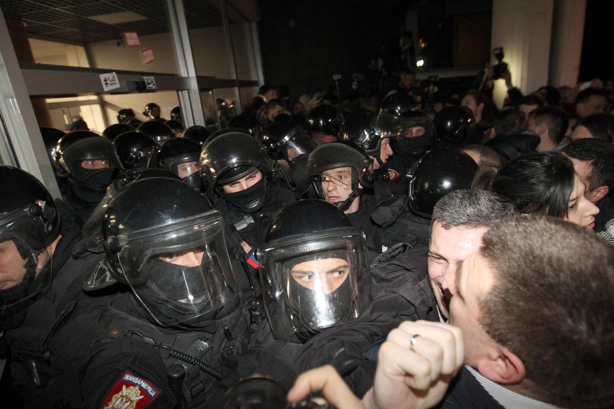 Policija izvela Obradovića, Đilasa i Anasonovićevu iz zgrade RTS; Obradović: Vidimo se ispred Predsedništva VIDEO