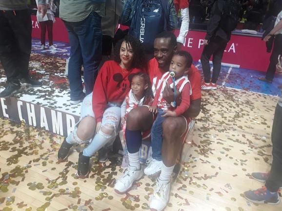 Kej Si Rivers sa porodicom nakon osvajanja trofeja šampiona ABA lige