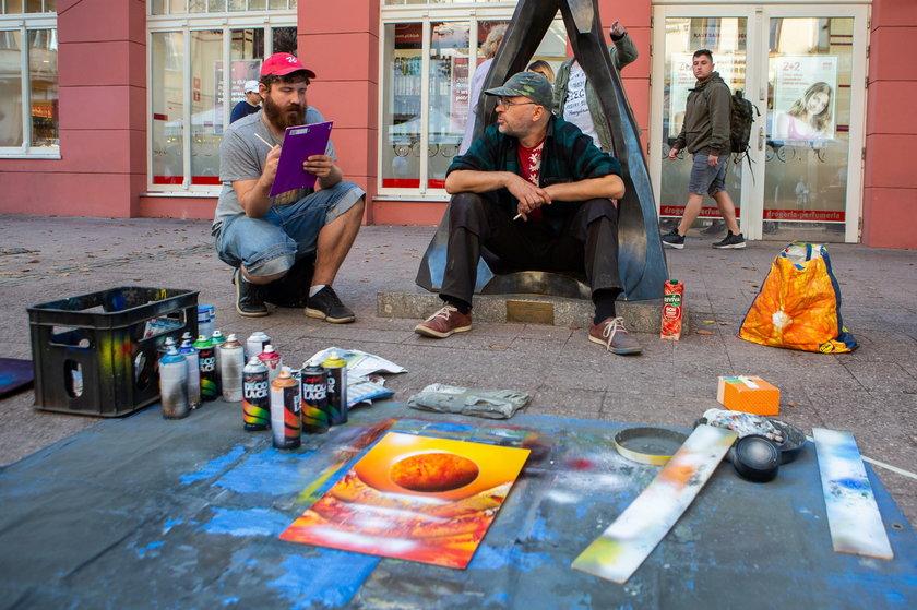 Pieniądze leżą na ulicy, czyli jak zarabiają uliczni artyści