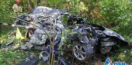 Śmiertelny wypadek na prostej drodze. Kierowca roztrzaskał się na drzewie. Zdjęcia przerażają