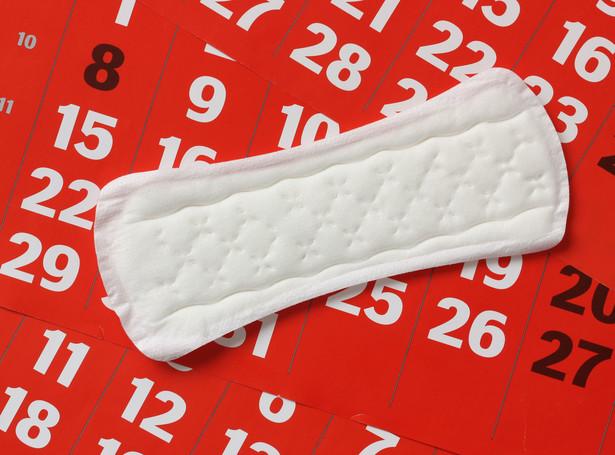 Skutki ubóstwa menstruacyjnego zaczęły dostrzegać kolejne rządy na świecie.