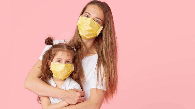 Kobieta z córką w maseczkach, koronawirus