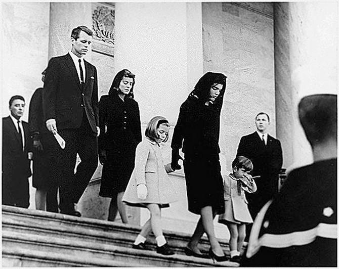 Džeki Kenedi sa decom  na sahrani supruga Džona Kenedija 1963. u Vašingtonu