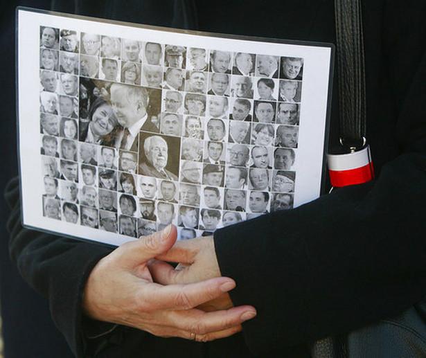 Wcześniej premier Szydło, wicepremier Gliński, marszałek Karczewski, prezes PiS oraz politycy PiS złożyli kwiaty i zapalili znicze na grobie wiceministra kultury Tomasza Merty na cmentarzu parafialnym św. Zofii Barat w Warszawie
