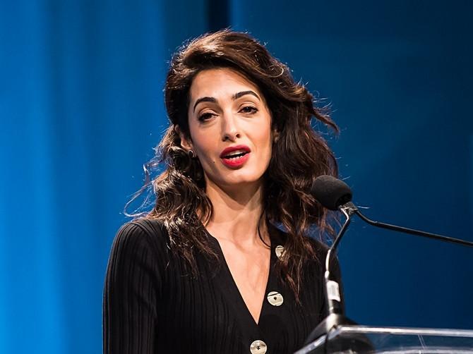 """Svi gledaju u nove snimke Amal Kluni i MISLE SAMO JEDNO: """"Lice joj je izobličeno, ali POGLEDAJTE JOJ SAMO NOGE"""""""