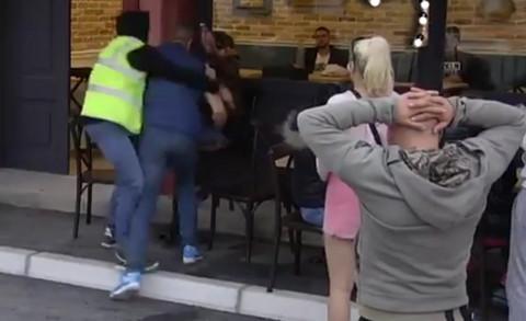 """VRISAK I PANIKA U """"ZADRUZI"""": Nemanja nasrnuo na Miljanu! (VIDEO)"""