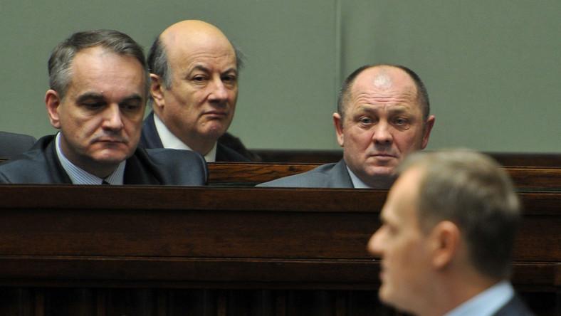Politycy koalicji słuchają wystąpienia premiera