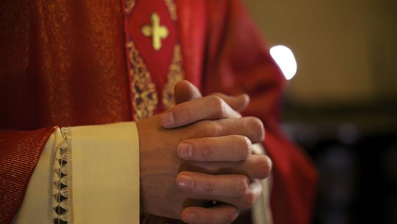 Ksiądz w kościele
