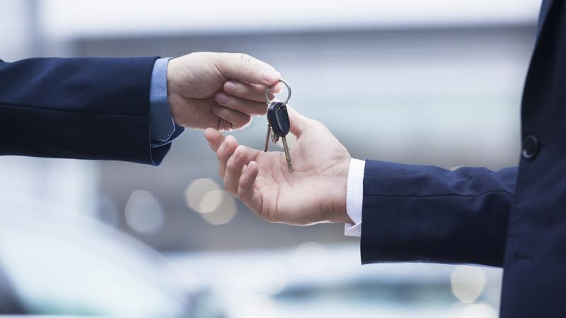 Sprzedaż samochodu, salon samochodowy