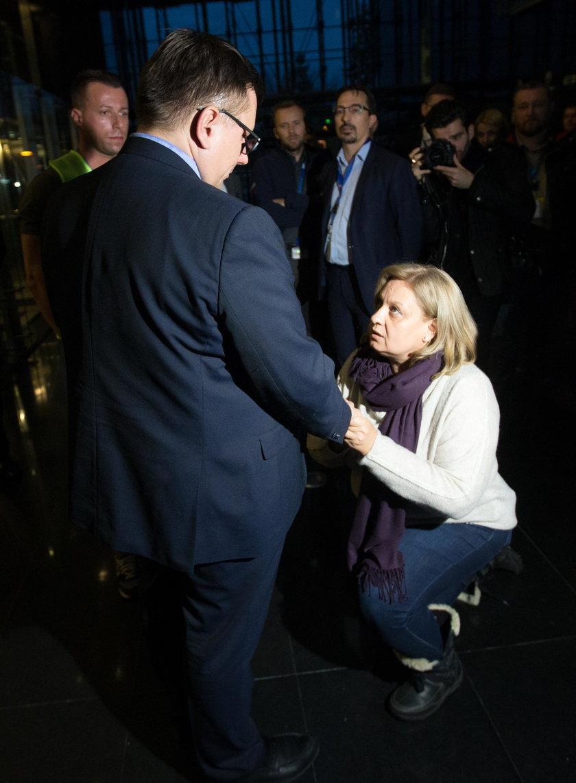 """Prezes na kolanach całowany po rękach. """"Dziękujemy za dostęp do toalet"""""""