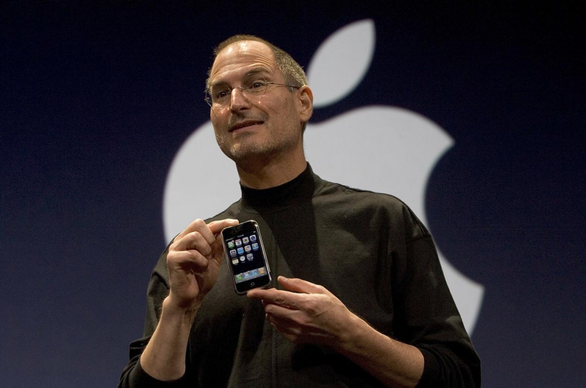 Steve Jobs prezentuje pierwszego iPhone'a