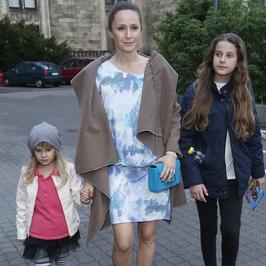 Monika Mrozowska z córkami na premierze filmu