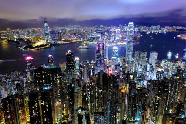 Podobnie jak w ubiegłym roku, 1. miejsce w zestawieniu Bloomberga zajął Hongkong. Specjalny region administracyjny Chin może pochwalić się najniższym kosztem rozpoczęcia działalności na świecie, a także bardzo niskimi kosztami transportu. Na zdjęciu: Hongkong nocą