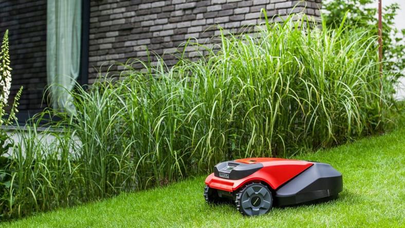 """Kosiarki Robomow, tak jak odkurzacze iRobot sprawiają, ze samemu już trawy kosić nie trzeba. Wystarczy urządzenie """"wypuścić"""" do ogródka a samo zajmie się jego strzyżeniem"""