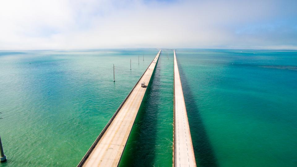 Autostrada Overseas Highway łączy Florydę z jej małymi wysepkami Florida Keys. Archipelag ten obejmuje około 1700 wysp i wysepek koralowych, tworzących łańcuch o długości 240 km, który wieńczą niezamieszkane wyspy Dry Tortugas. Autostrada to prawdziwy krajobrazowy rarytas.