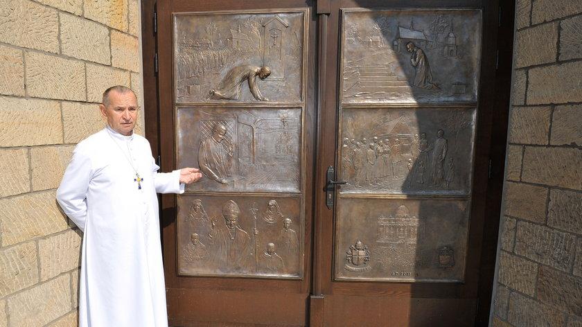 Drzwi w kościele w Niegowici