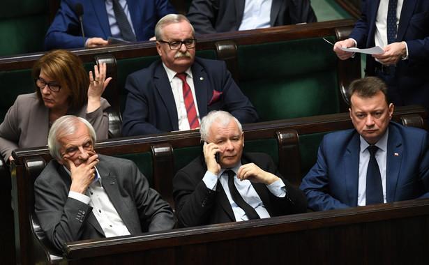 Lider PO Grzegorz Schetyna, poproszony przez PAP o komentarz do propozycji Morawieckiego, podkreślił, że politycy PiS powinni najpierw zwrócić pieniądze, które otrzymali - według niego - bezprawnie w ramach rządowych nagród.