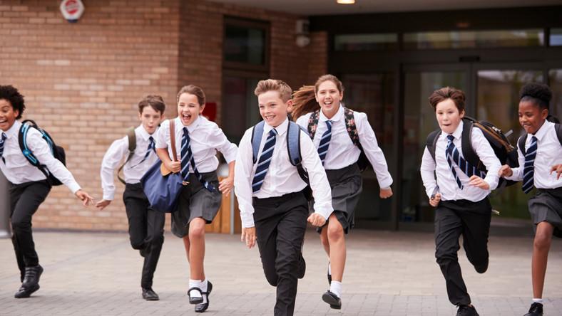 Uczniowie wybiegają ze szkoły
