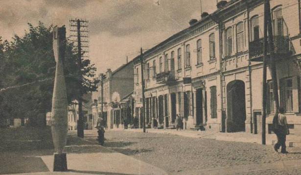 Lida, ulica 3-go Maja, ok. 1939 roku. Obecnie jest to miasto na Białorusi, w obwodzie grodzieńskim. W latach 1921–1945 leżało w granicach II RP, w województwie nowogródzkim.