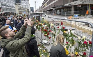 Szwecja: Żałoba w Sztokholmie. Ludzie oddają hołd ofiarom