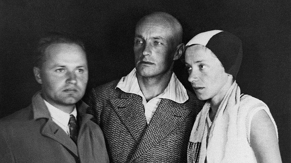 """Członkowie grupy """"a.r."""" (od lewej): Julian Przyboś, Władysław Strzemiński, Katarzyna Kobro (ok. 1930-1931)"""