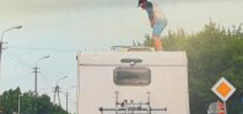 Pijany wszedł na dach kampera i zaczął odstawiać cyrki. Co on wyprawia?
