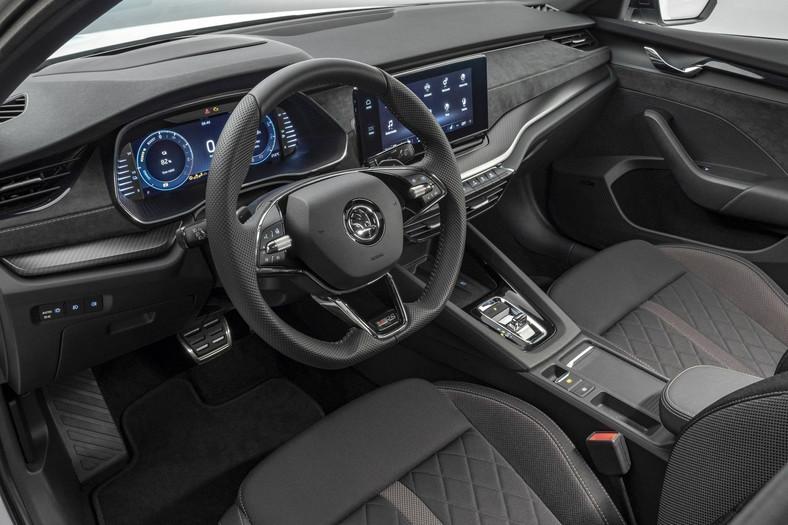 Dźwignia zmiany biegów przypomina tu mały dżojstik niczym w nowym Porsche 911 i nie jest już połączona mechanicznie z przekładnią, za to informację o wybranym przełożeniu przekazuje elektronicznie