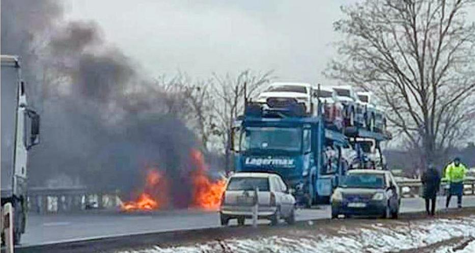 A trélernek csapódó Daewoo lángba borult, négy utasán nem lehetett segíteni / Fotó: Facebook