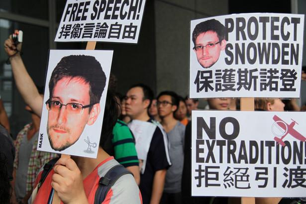 Tłum protestujący przeciwko ekstradycji Snowdena do Stanów Zjednocoznych