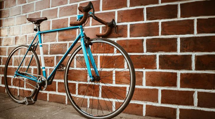 A futár szabálytalanul, a járdán közlekedett kerékpárjával / Fotó: Pexels