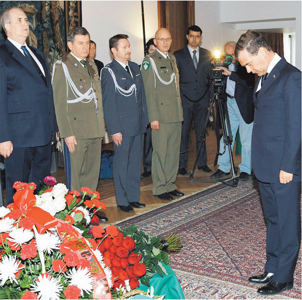 Prezydent Dmitrij Miedwiediew w polskiej ambasadzie: przyjmijcie nasze szczere kondolencje Fot. PAP/EPA