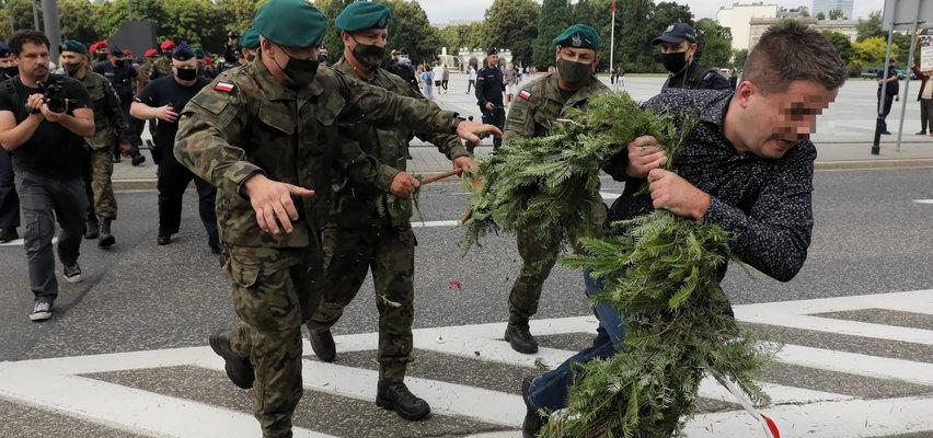 Miesięcznica smoleńska i przepychanki z policją. Nie wszyscy mogli złożyć wieńce