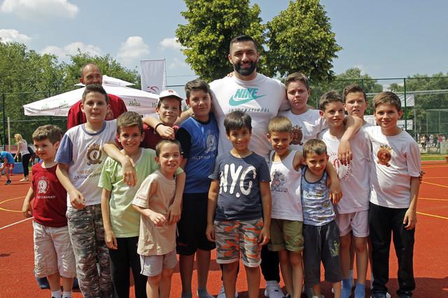 Asmir Kolašinac sa mališanima