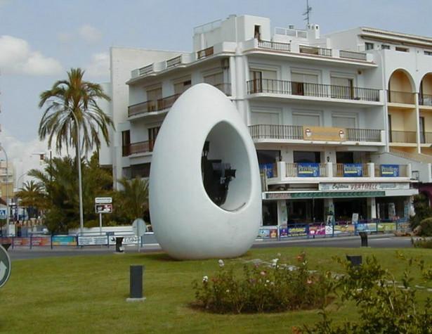 Pomnik jajka Kolumba na Ibizie, fot. Flups / Wikimedia Commons, lic. cc-by-sa