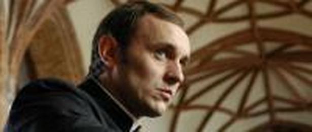 Adam Woronowicz w roli ks. Jerzego Popiełuszki. Foto: Kino Świat
